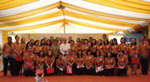 Anggota Paduan Suara gabungan Paroki Pasar Minggu berfoto bersama Mgr Ignatius Suharyo. (HIDUP/Edward Wirawan)