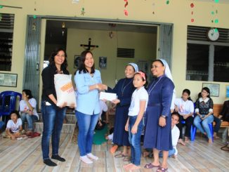 Karyawan Muda Katolik (KKMK) Sintang mengunjungi Panti Bakti Luhur di Nanga Pinoh, Sintang.