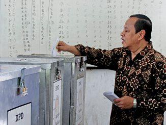 Mgr Suharyo memasukan surat suara ke kotak suara pada Pemilu 2014.[Dok. HIDUP]
