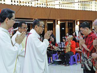 Mgr Suharyo memberkati pembawa persembahan dalam Misa HUT ke-14 Paroki Danau Sunter.[HIDUP/Edward Wirawan]