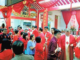 Umat memberi ucapan kepada para imam usai Misa Imlek di Gereja St Maria de Fatima Toasebio, Jakarta Barat.[HIDUP/Antonius E. Sugiyanto]