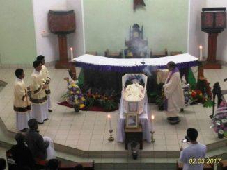 Pater Kletus Hekong sedang mendupai jenazah Pater Hendricus Dori Wuwur SVD-Dok.STF Ledalero