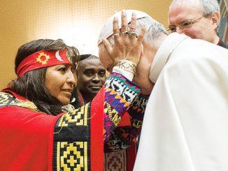 Paus Fransiskus menyapa perwakilan masyarakat adat.[L'Osservatore Romano]