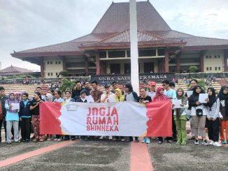 Kelompok dan aktivis Jogya RUmah Damai membaca puisi bersama.Dok. panitia