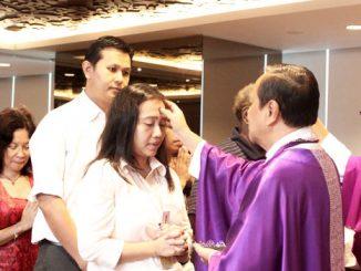 Uskup Agung Jakarta, Mgr Suharyo membubuhkan abu di kening umat (Foto: Dok. HIDUP)