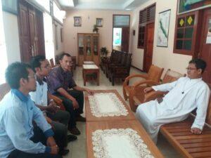 Kikin Tarigan dan Ignatius Ganjar bertemu Romo Julius Soekamto SCJ, pastor kepala Paroki Bengkulu sebelum sosialisasi Pemuda Katolik. (Dok. Pemuda Katolik)