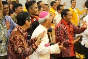 Mgr Anicetus B. Sinaga bersama mentri Hukum dan HAM Yasonna Hamonangon Laoly menari tor-tor/Yusti. H. Wuarmanuk