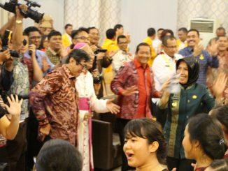 Mentri Hukum HAM bersama Mgr Anicetus Sinaga OFMCap bersama wakil gubernur mengadakan manotor