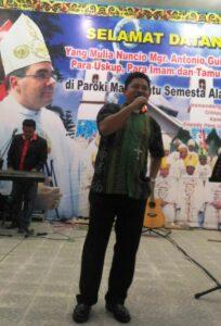Mgr Silvester San saat menyanyikan lagu Tunjukan Kuasa-Mu (HIDUP/Edward Wirawan)