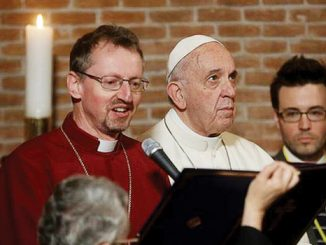 Robert Innes dan Paus Fransiskus dalam kunjungan ke Gereja Anglikan di Roma.[mcclatchy-wires.com]