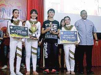 Pemenang ASAK's Got Talent bersama Kepala Paroki Kosambi, Romo A. Susilo Wijoyo.[HIDUP/Edward Wirawan]