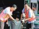 Romo Yohanes Sutrisno MSF dan Kadin Kebersihan DKI Jakarta, Isnawa Adji, memasukkan sampah ke kantong plastik.[HIDUP/ Yusti H.Wuarmanuk]