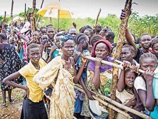 Warga di Sudan Selatan mengantre bantuan makanan.[concernusa.org]
