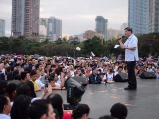 """Kardinal Tagle memberikan pesan kepada ribuan umat yang bergabung """"Jalan untuk Kehidupan"""" di Quirino Grandstand, Manila, 18 Februari 2017. (cbcpnews.net)"""