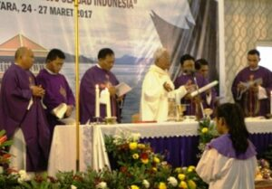 Mgr Anicetus B. Sinaga dalam Misa pembukaan ISKA/Yusti H.Wuarmanuk.