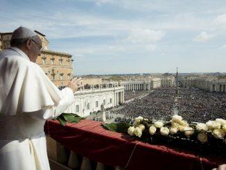 Paus Fransiskus ketika memberikan berkat Urbi et Orbi pada Paskah tahun lalu. thestar.com