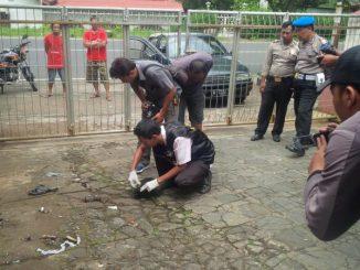 Polisi memeriksa bekas lemparan petasan di depan gereja St Yusup Ambarawa.