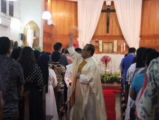 Mgr Suharyo memercikkan Air Baptis kepada umat dalam Misa Malam Paskah di Kapel St Carolus Jakarta Pusat. (AES)
