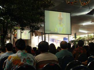 Umat mengikuti Misa Paskah Pontifikan di halaman samping Katedral Jakarta