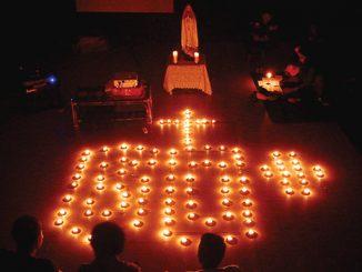 Orang muda Paroki Cilincing memperingati Hari Bumi dengan berdoa Rosario, diterangi cahaya lilin.[Fransiskus Elroy]