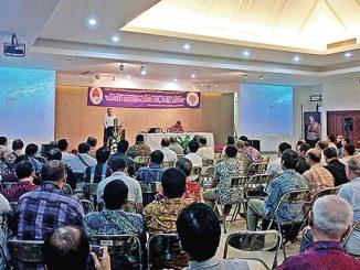 Tjipta Lesmana memaparkan materi tentang kondisi sosial politik Jakarta.[HIDUP/Antonius E. Sugiyanto]