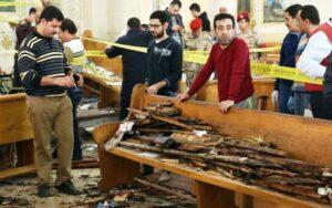 Pengumpulan bukti forensik di lokasi ledakan bom Minggu Palma di Gereja Mar Girgis Koptik di Delta Nil Kota Tanta, Mesir. (catholicherald.co.uk)