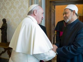 Paus Fransiskus menyambut Imam Besar Masjid Al-Azhar Sheikh Ahmed Mohamed el-Tayyib di Vatikan, tahun lalu. (Radio Vatikan)