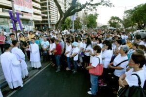 """Umat berdoa dalam prosesi """"Jalan Salib untuk Kehidupan"""" di Manila, Filipina. (cbcpnews)"""