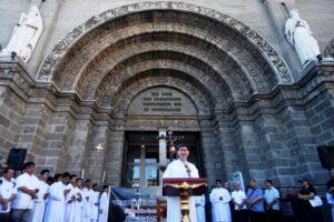 """Kardinal Tagle berbicara di hadapan umat yang mengikuti """"Jalan Salib untuk Kehidupan"""" di depan Katedral Manila, Filipina. (cbcpnews)"""