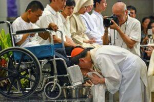 Kardinal Tagle membasuh mencium kaki seorang penyandang difabel saat Kamis Putih tahun lalu di Katedral Manila. (cbcpnews.net)