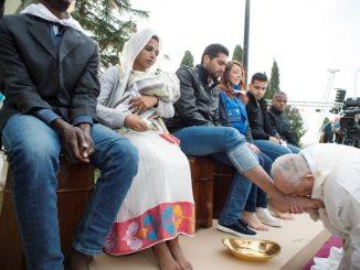 Paus mencium kaki seorang pengungsi pada perayaan Kamis Putih tahun lalu. (catholicweekly.com.au)