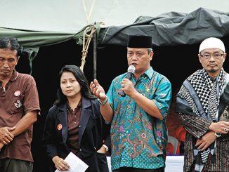 Kepala Desa Sindanglaya Edy Efendi memberi sambutan saat pembukaan Baksos.[Fr Antonius Wahyu]