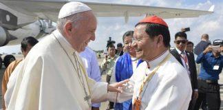 Kardinal Bo menyambut Paus Fransiskus [Dok.AsianNews]
